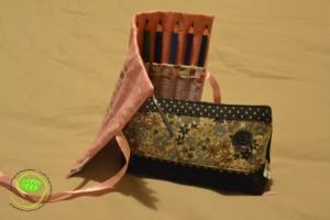Une pochette porte crayons avec un papillon au dos et une trousse fourre-tout comme les fait Nyse
