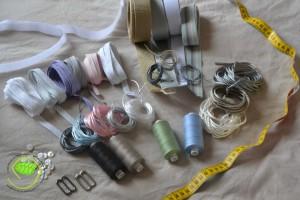 Biais, ruban, sangles, fil en cuir, cordons, fils, attaches, scratch, boutons et mètre ruban