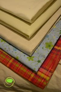 du lin blanc, du tissu non tissé écru, du lin beige à rayures blanches, un tissu à fond bleu avec des fleurs et un madras (que vous devez reconnaître)