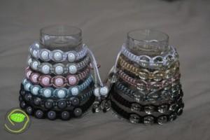 2 séries de 6 bracelets avec des queues de rat (blanc, gris clair, vieux rose, bleu, beige, gris foncé et noir) avec des perles nacrées (blanc grisé, rose,bleu et marron) ou des perles transparentes