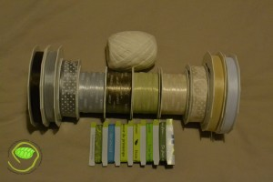 4 rubans à messages de 20m (chance, bonheur, amour) vert, écru, gris et taupe - 2 rubans étoiles 20m (gris et beige) - 4 rubans simples de 50m (blanc, beige, gris et marron) - du rafia écru de 45m - 6 couleurs de ruban à message de 1m