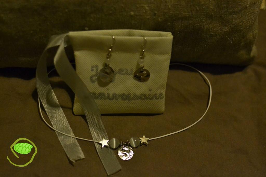 Le collier dans les tons blancs avec des petites étoiles accompagné des boucles d'oreilles assorties