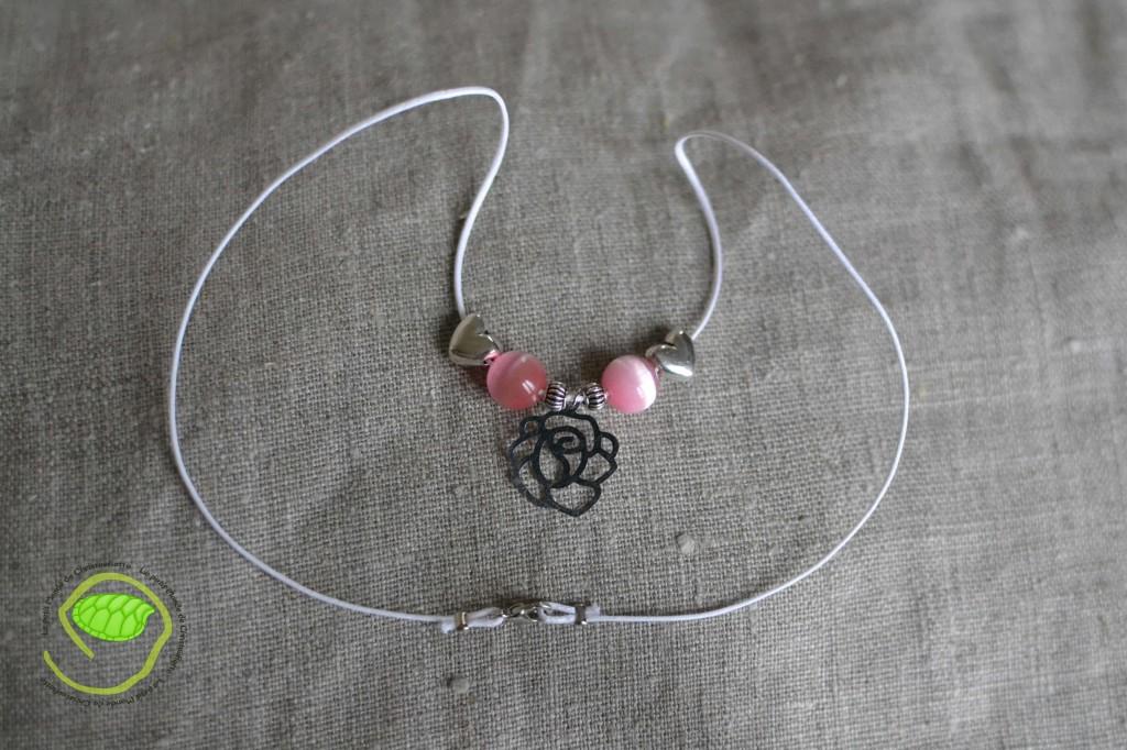 De couleur argent ce pendentif rose est associé à deux coeurs ainsi qu'à deux perles (oeil de chat) roses éclatants
