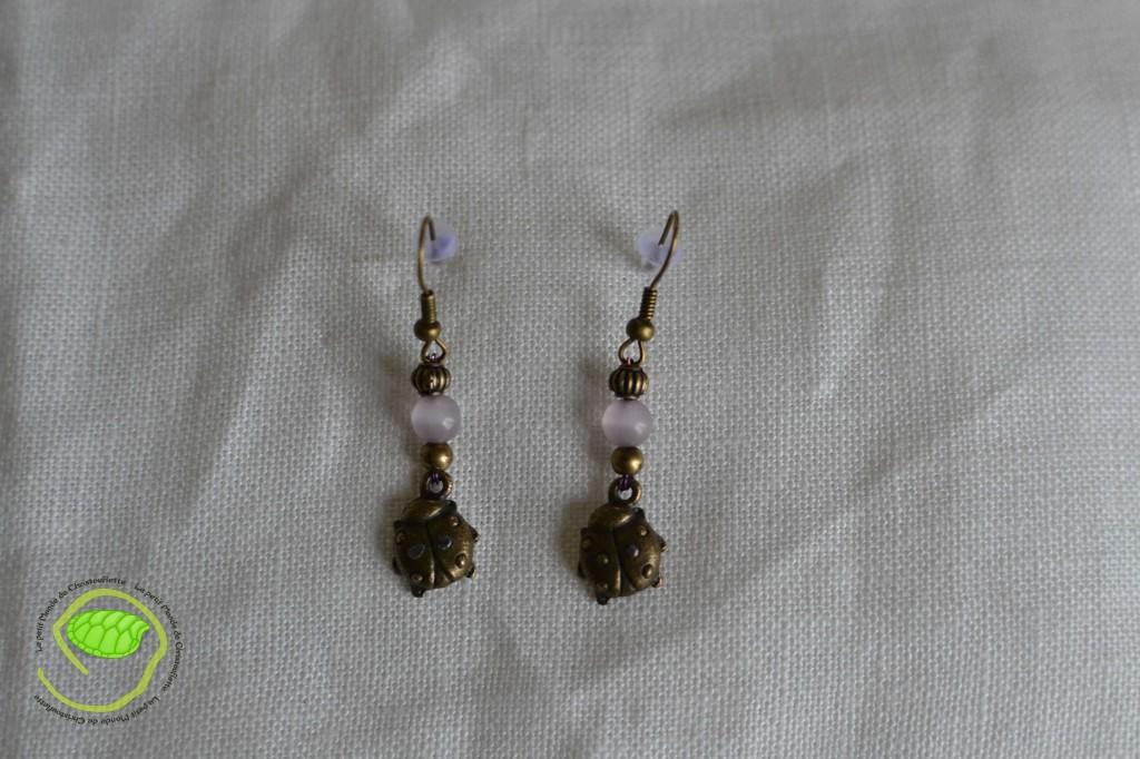 de couleur bronze avec deux petites coccinelles et deux perles (oeil de chat) rose parme