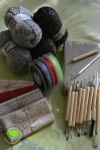 """4 pelotes de laine, 4 rubans en satin (6mm sur 25m), de l'argile avec le nécessaire de modelage et 4 coupons de chez """"de mère en fille"""""""