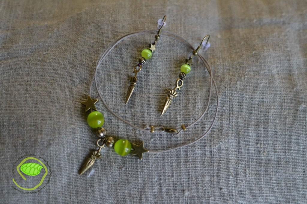 """Ensemble couleur bronze avec des perles """"oeil de chat"""" vertes éclatantes, une cordelette en cuir beige et des petites ombrelles"""