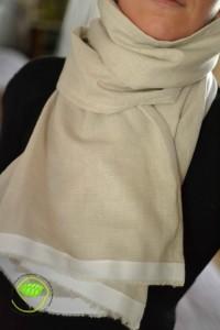 lin écru à rayures blanches avec un galon à chevrons blancs