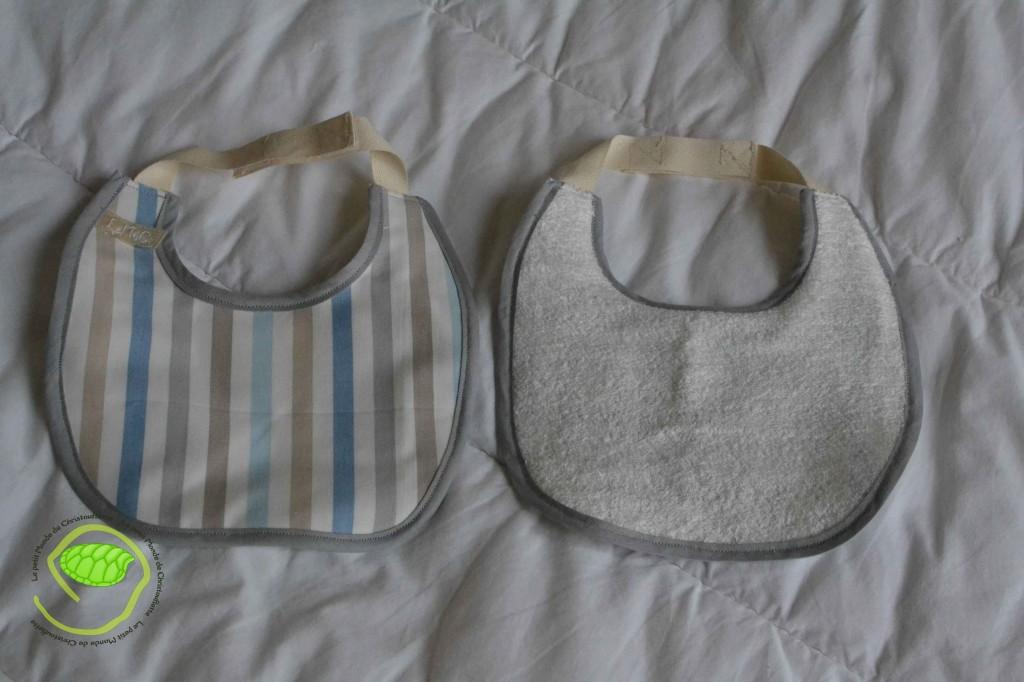 2 bavoirs à scratch avec un biais gris, un coton à rayures et de l'éponge blanche L'un des deux est doublé par un tissu imperméable