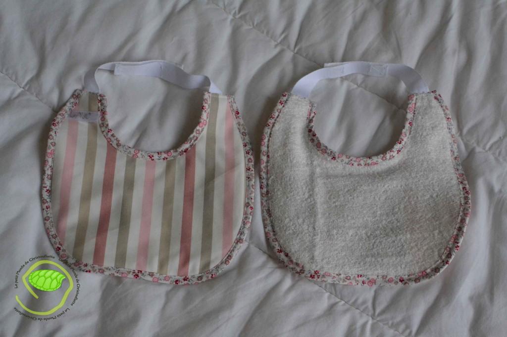 2 bavoirs à scratch avec un biais à fleurs, un coton à rayures et de l'éponge blanche L'un des deux est doublé par un tissu imperméable
