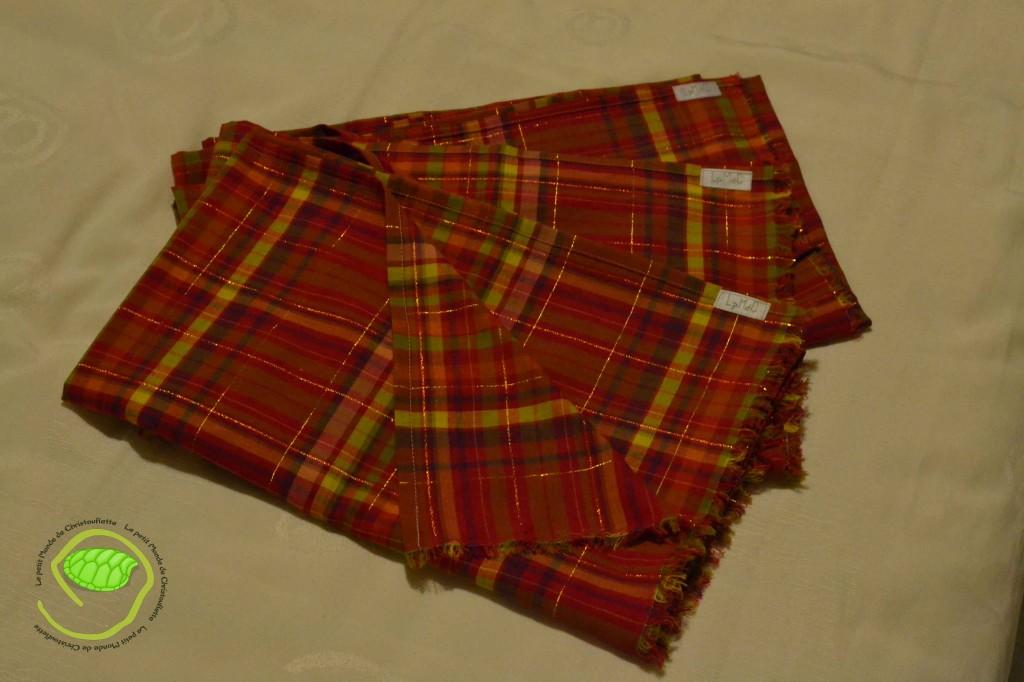 """3 écharpes en madras rouge avec la petite étiquette """"LpMdC"""""""