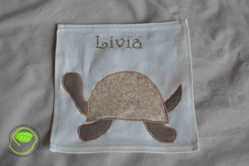 une petite tortue en appliqué avec le prénom brodé au points de croix