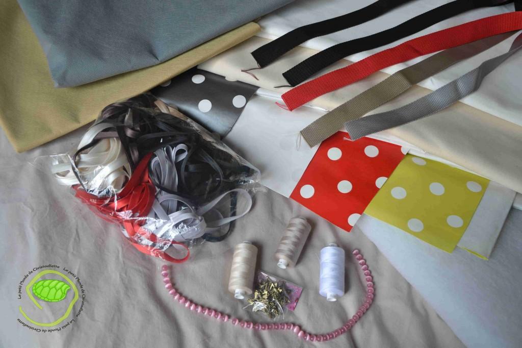 De la toile cirée en 4 couleurs, des sangles en 5 couleurs, du biais en satin en 6 couleurs, du molleton, du coton blanc et écru, du tissu non tissé en 2 couleurs, du fils, des étoile et des perles