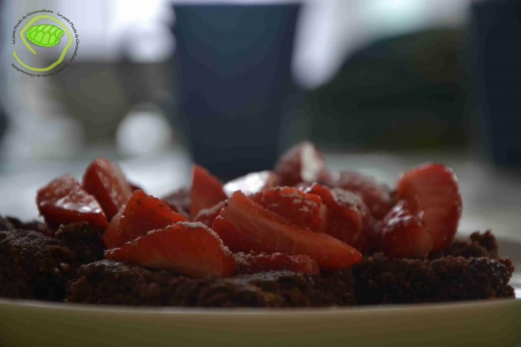 Biscuit au chocolat avec des fraises, d'île de France, posées dessus