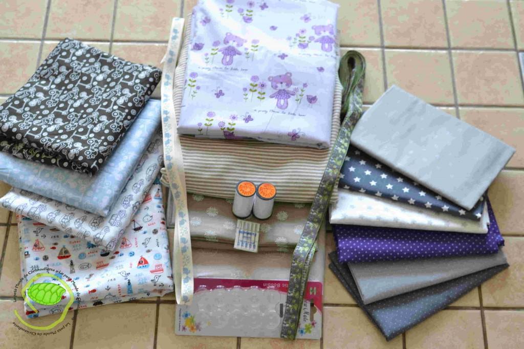 Il y a beaucoup de tissus coton en 50 cm comme cela cela limite les frais ! Des rubans en 3 m et quelques accessoires indispensables !