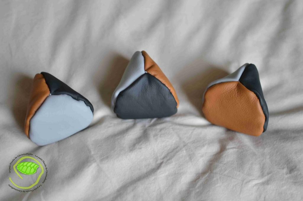 Trois couleurs de cuir différent pour des balles triangulaires qui ont une bonne prise en main pour les débutants. Elles sont remplies de légumes secs que j'avais conservés dans une boîte comme la date limite était dépassée depuis fort longtemps.