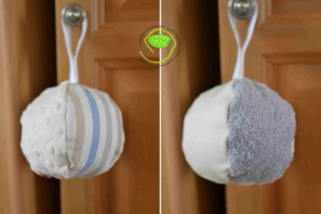 Une balle avec un lien et du scratch pour pouvoir l'attacher où l'on veut. Avec du minky, de l'éponge, un tissu à rayure et un coton tissé en relief pour éveiller les sensations tactiles.