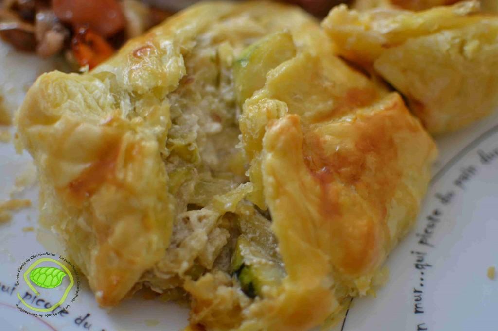 Une pâte feuilleté, des courgettes, des olives vertes, de l'ail, du chèvre frais et des aromates.
