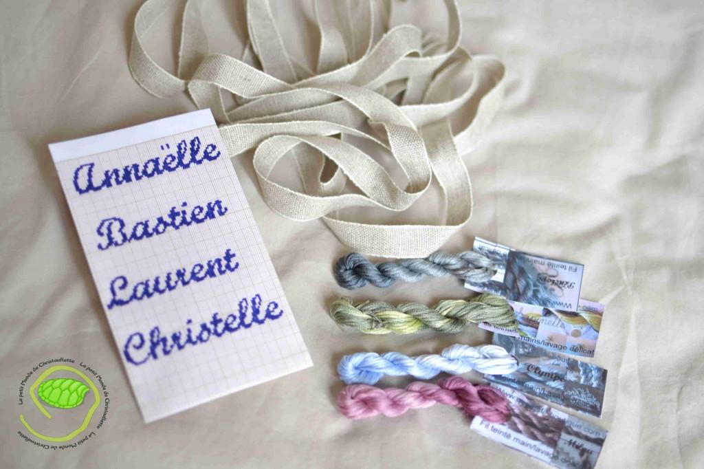 Un galon de lin de 16mm de large, 4 couleurs de fil teinté et ma grille avec les prenoms