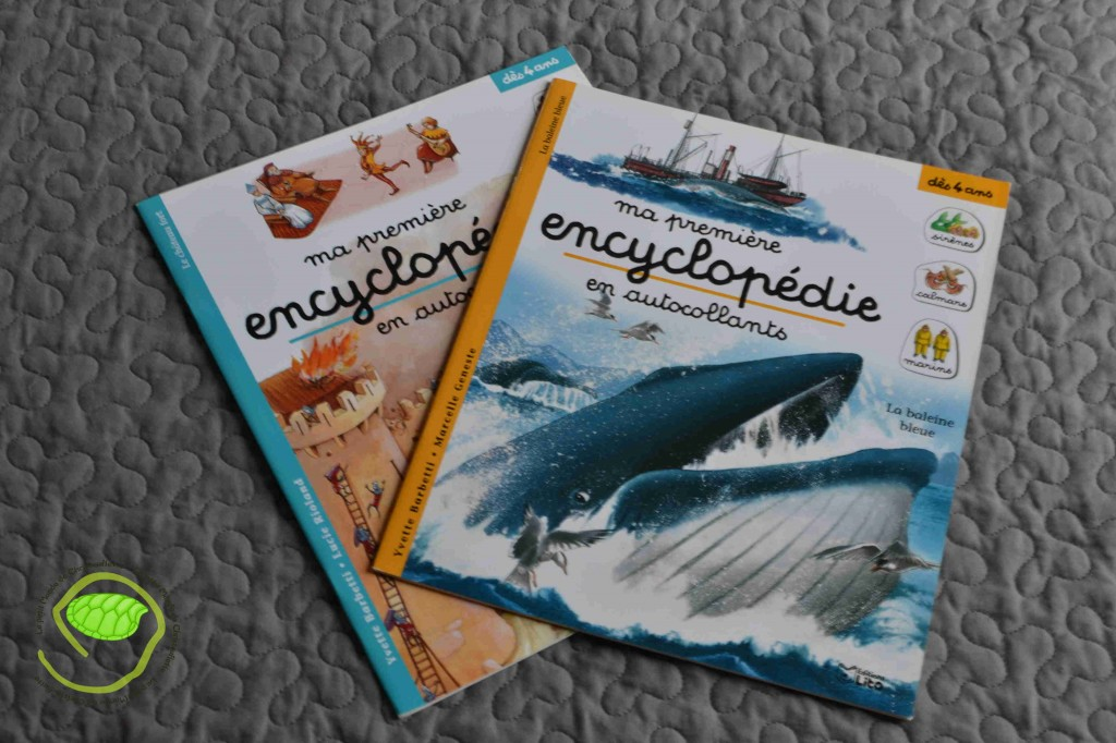 2 livres d'autocollants : un sur les châteaux forts et l'autre sur les baleines.