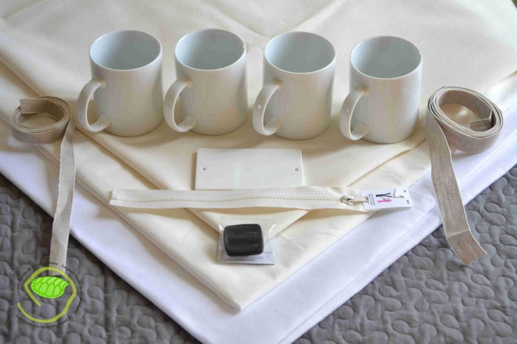 Un peu de coton blanc et écru, des galons de lin, des passants pour le sac, une fermeture éclair, une plaque en porcelaine et 4 mugs.