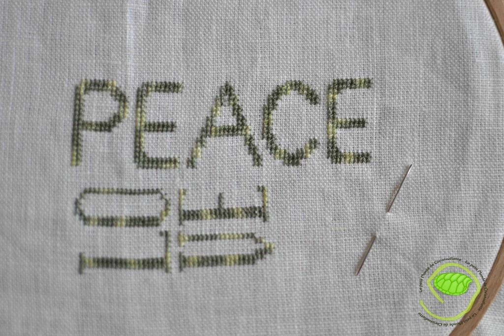 Les deux premiers mots sont brodés en deux fils en 2x2 sur une toile de lin écru en 16 fils ! Le fil vient de chez un petit fil.