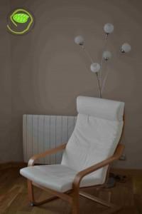 un fauteuil, un radiateur et un lampadaire ! C'est un bon début ... Bon, il y a aussi les rideaux ainsi qu'un lustre !