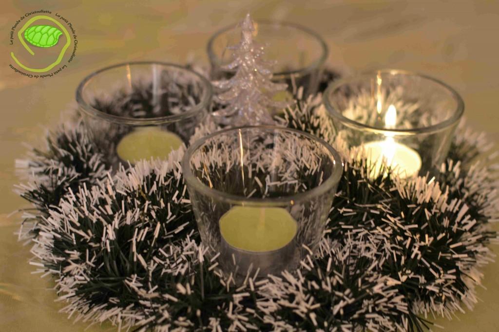 Un dessus de plat en métal à trous - 4 photophores en verre - 4 bougies chauffe-plat - une guirlande - un petit sapin argenté