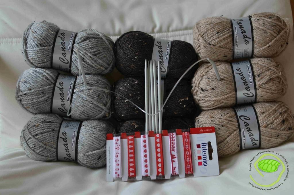3 pelotes grises, 3 marrons foncées, 3 beiges de la laine Canada. Une aiguille circulaire de 5 de diam ainsi que des aiguilles de 5. un lot de rubans aux couleurs de Noël.