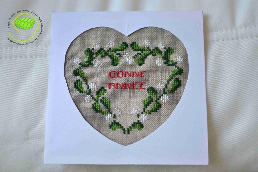 C'est un coeur en gui avec un petit message de bonne année ! Je l'ai brodé sur un morceau d'Aïda couleur lin naturel en 12 ou 14 fils ... en deux brins et en 2x2 ! La carte mesure 13,5 par 13,5 cm.