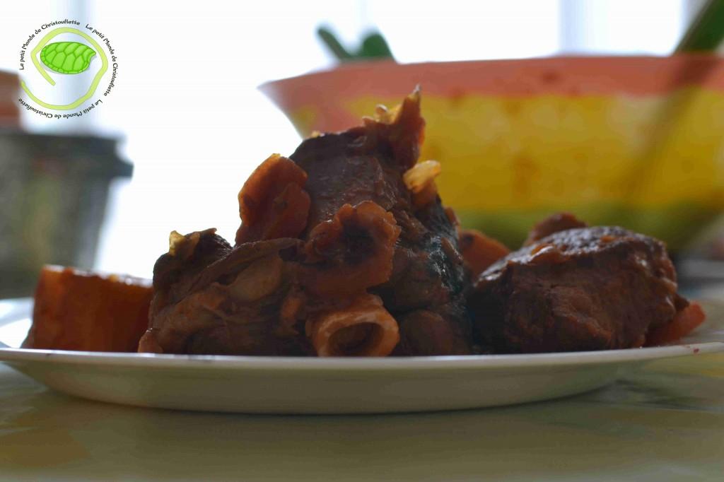 Des morceaux d'agneau, des carottes, pommes de terre et concentré de tomate ...