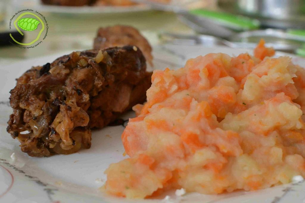 cuit au jus avec de l'échalote, de l'ail, du vin blanc, du thym, sel et poivre ... accompagné d'une purée de pommes de terre, carottes et persil.