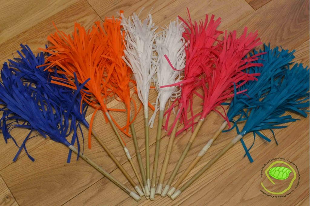 Du bleu, orange, blanc, rose et vert canard avec des tuteurs en bambou.
