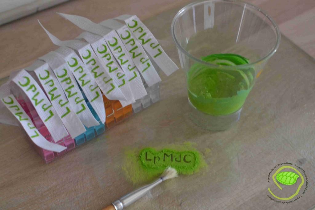 Du sergé blanc de 1cm, un mélange de peinture textile pour obtenir le vert souhaité, un pochoir en plastic transparent et un petit pinceau.