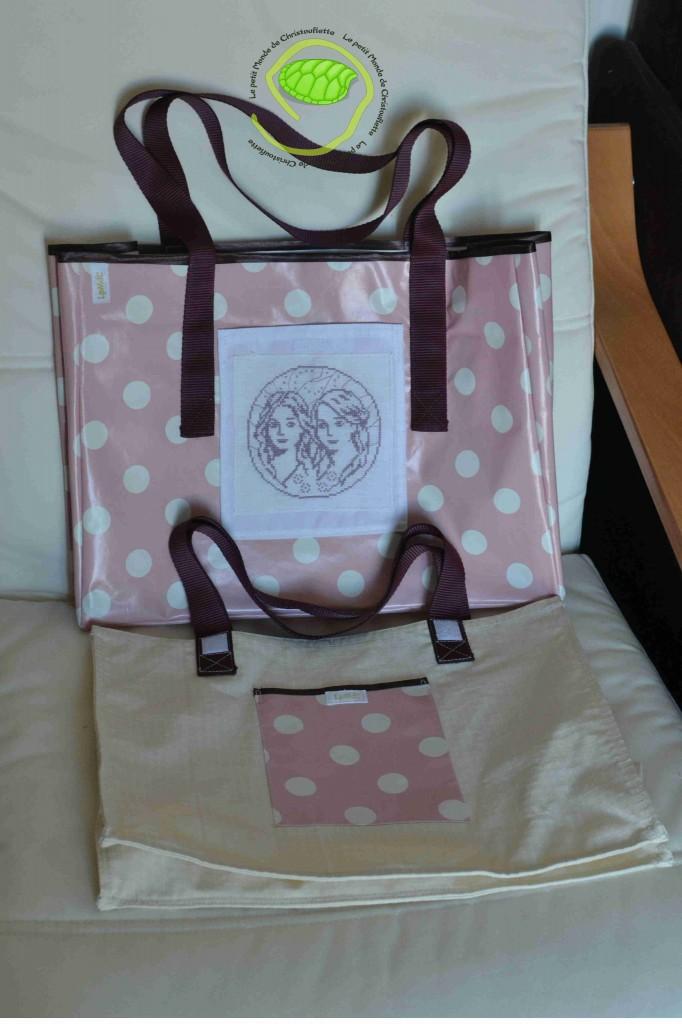 un sac rose avec des prunes et une broderie mauve que j'avais réalisé, il y a quelques temps !