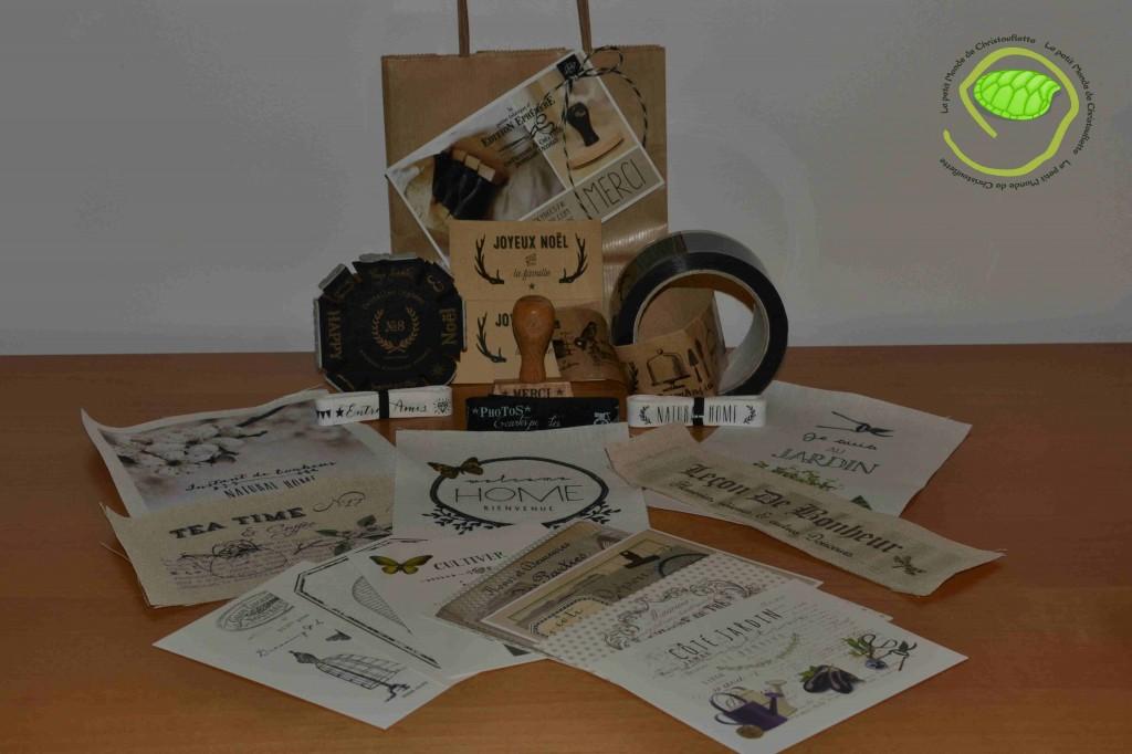 une roulette de tampon de Noël, un tampon Merci, un rouleau de scotch imprimé, 5 coupons de tissus, 3 rubans et des petites cartes.