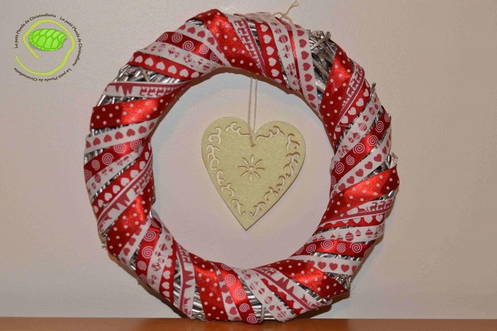 Une couronne basique avec 6 rubans rouges blancs de un mètre et un coeur en feutrine